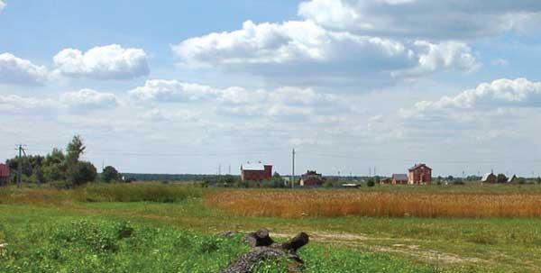 Новые дома вдоль дороги на Минино