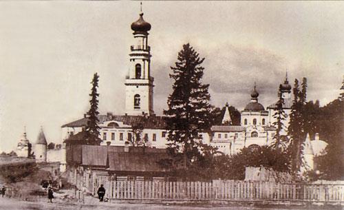 Слева часовня Кизического монастыря в Казани